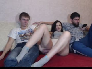wildpairxxx camgirl plays with beeds