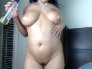 xclusivesecrets busty camgirl poses on a couch