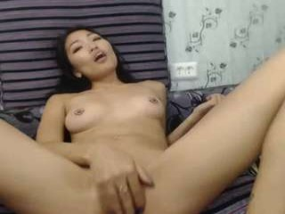 yummylipsx amazing webcam girl flirting on the couch